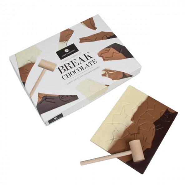 Schokoladentafel mit Holzhammer